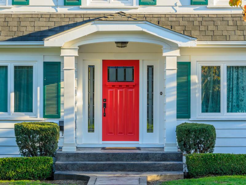 Maison avec porte rouge