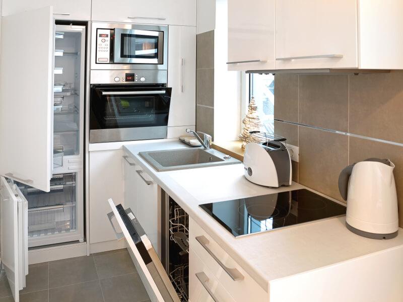 Petite cuisine avec des appareils ouverts.