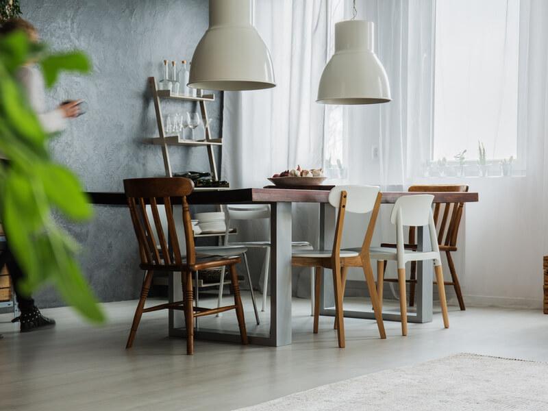 Table et chaises de cuisine dépareillés