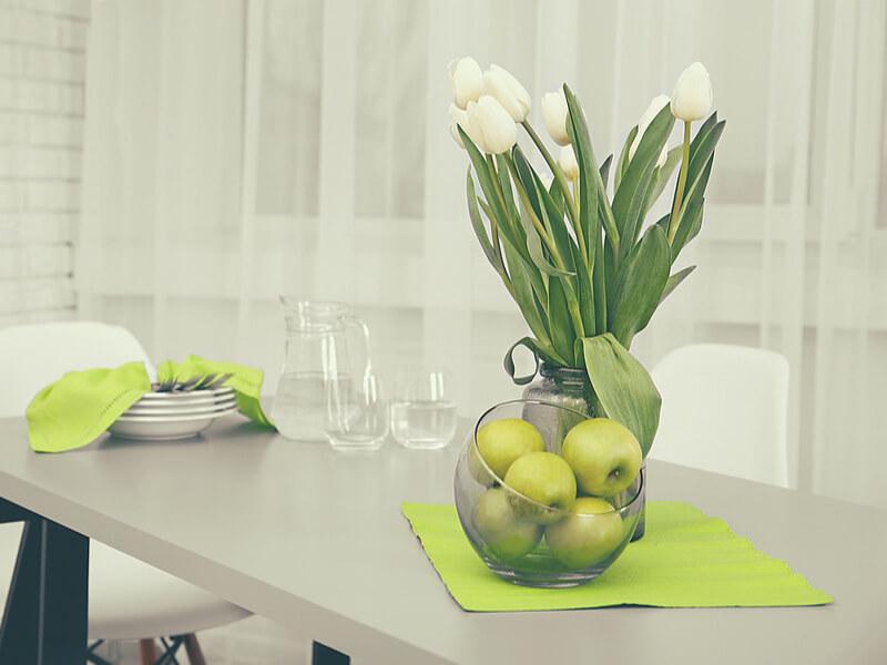 Table de cuisine avec pommes vertes et décor