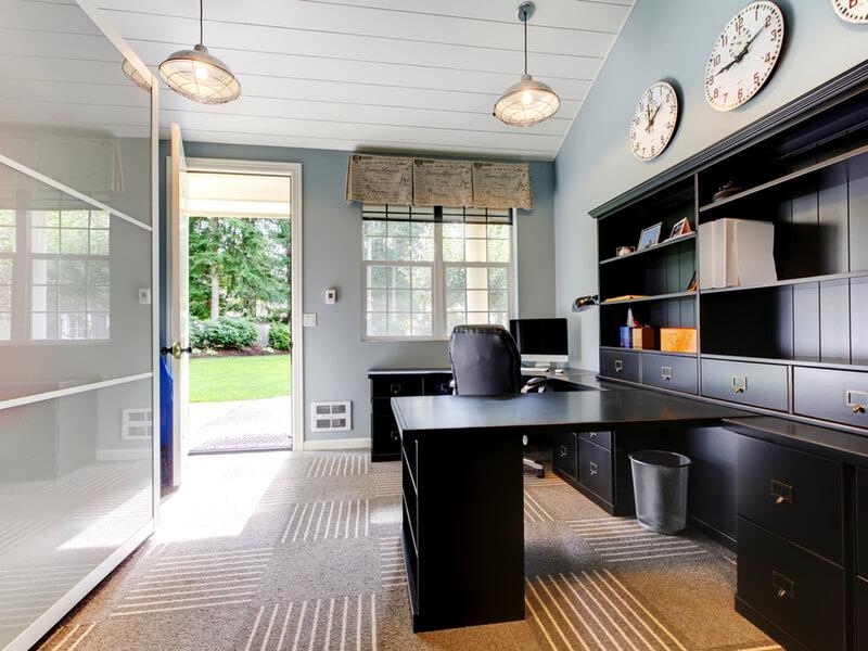 Bureau à domicile dans l'arrière-salle de la maison