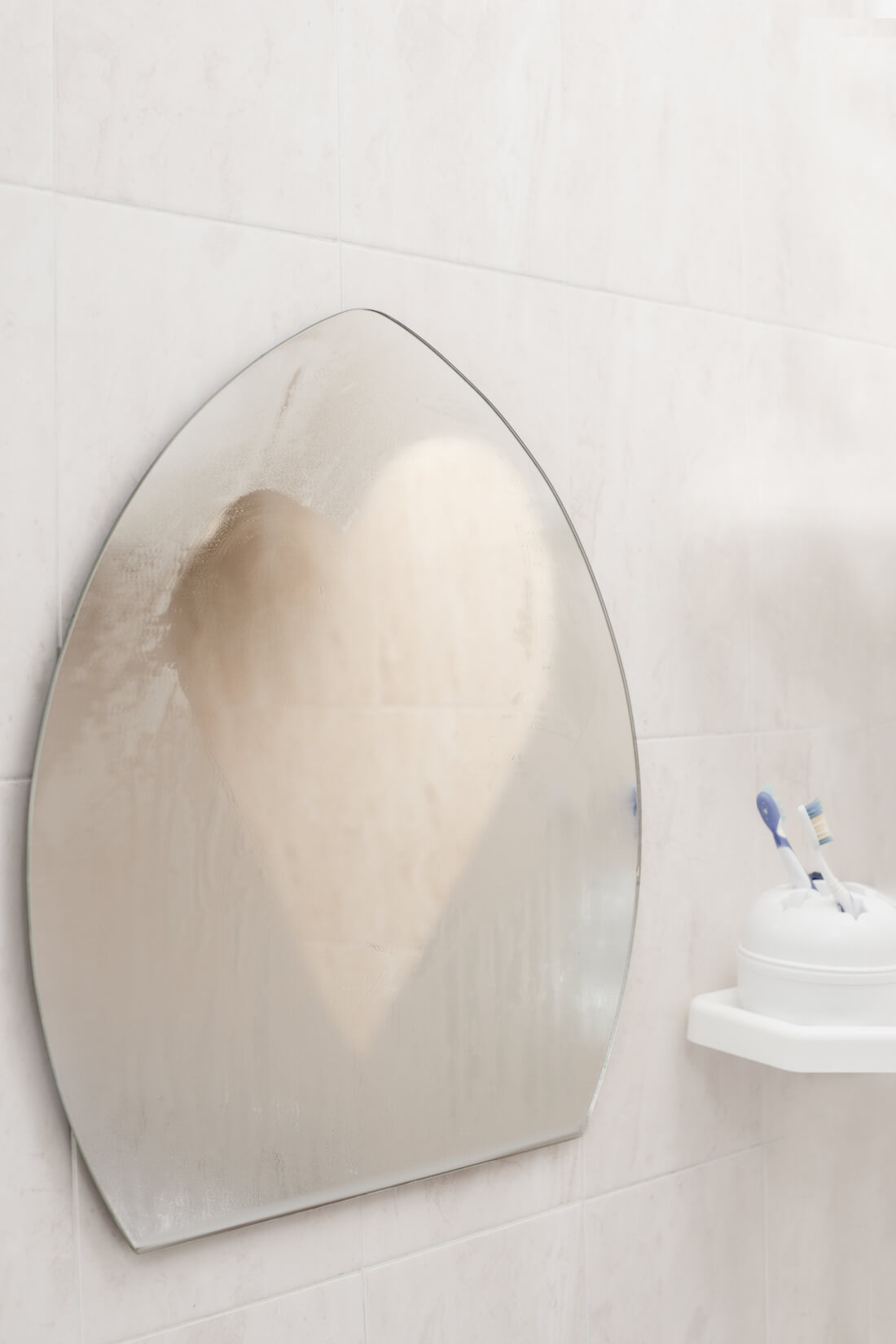 L'humidité dans la salle de bain miroir brumeux