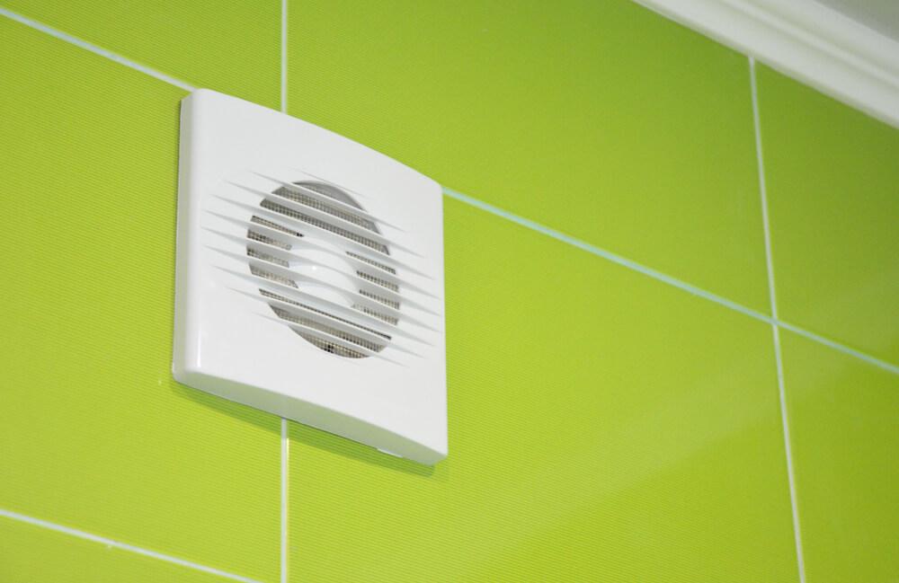 Humidité dans la salle de bain ventilateur blanc