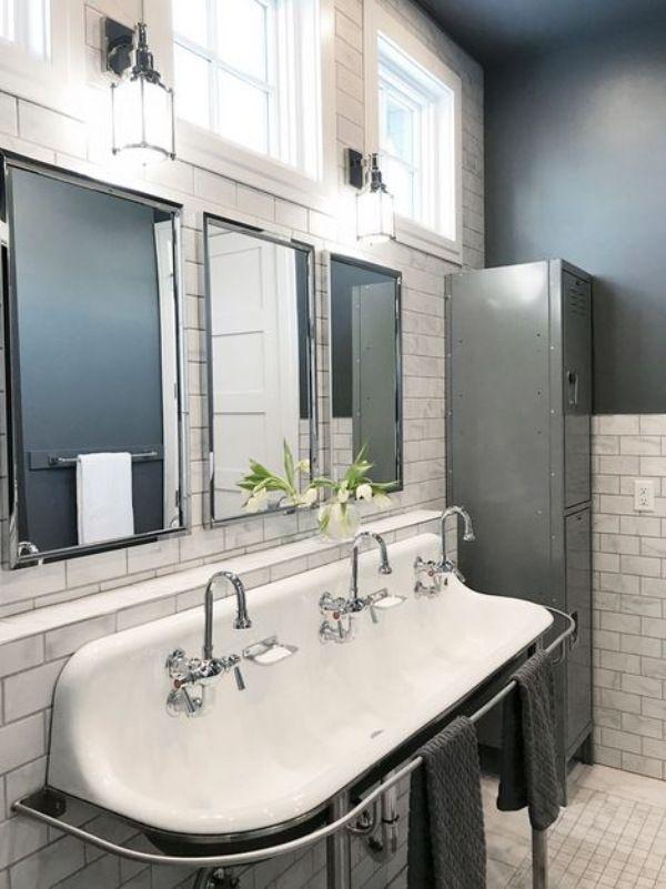 Les casiers de rangement aident à garder la salle de bain propre.