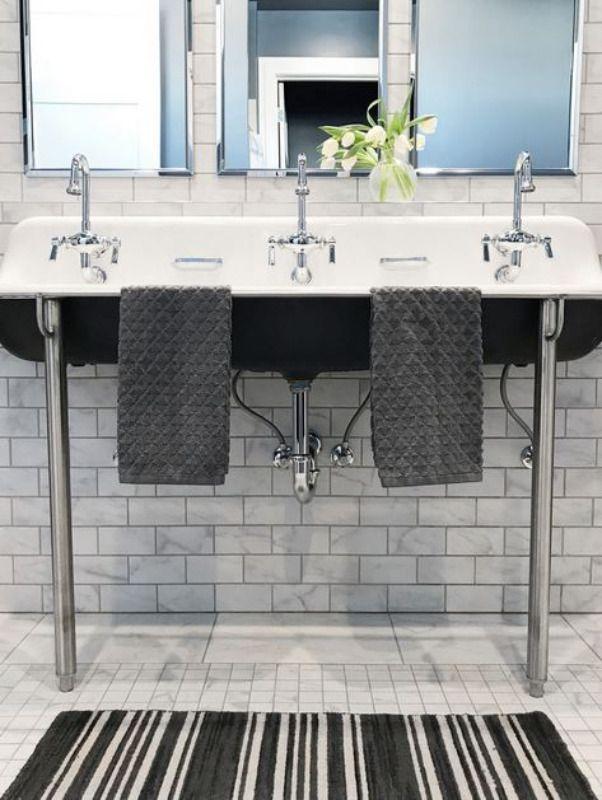 Cette salle de bains pour enfants de Springfield, MO, dispose de trois lavabos