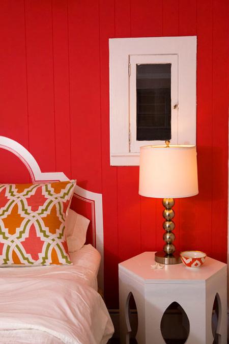 Tête de lit peinte pour économiser de l'espace dans les chambres