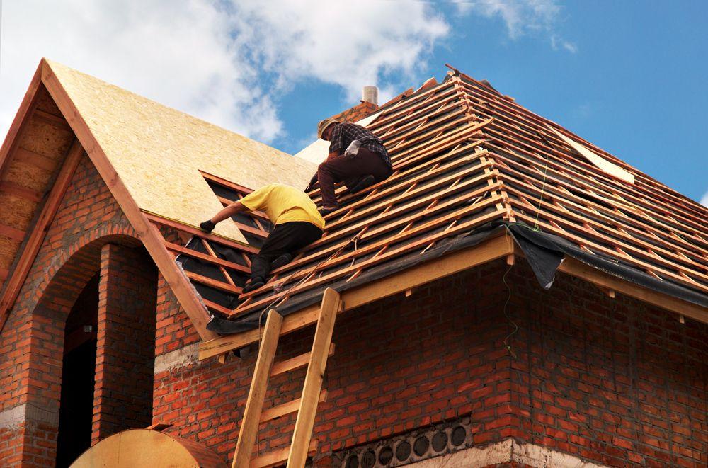 La réparation du toit est un projet d'urgence commun.