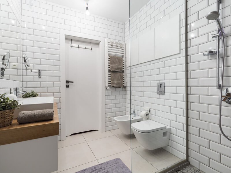 Salle de bain blanche de style européen