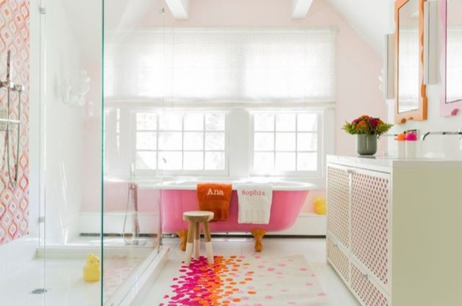 Une salle de bains colorée pour enfants à Brookline, MA.
