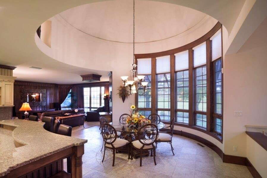 Le plafond en dôme définit la salle à manger