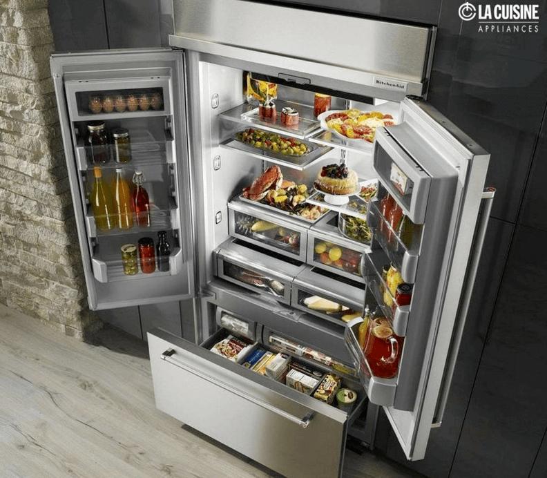 Il y a beaucoup de place dans ce réfrigérateur à porte française Kitchenaid.