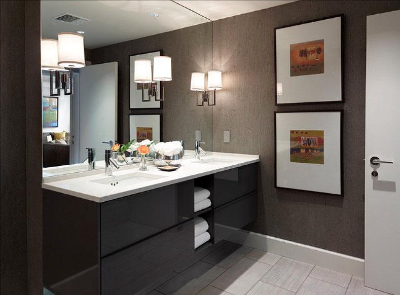 """bathroom-decorating25 """"width ="""" 789 """"height ="""" 582 """"srcset ="""" https://decoralert.com/wp-content/uploads/2019/10/1572294685_81_Deco-30-idees-de-decoration-de-salle-de-bain.jpg 789w, https://freshome.com/ wp-content / uploads / 2015/06 / bathroom-decorating25-300x221.jpg 300w, https://freshome.com/wp-content/uploads/2015/06/bathroom-decorating25-535x395.jpg 535w """"tailles ="""" ( largeur max: 789px) 100vw, 789px """"/> </div> </div> <h3><b>Art de la salle de bain </b></h3> <p>Nul besoin de regarder les murs blancs de votre salle de bain. Les impressions sur toile traitée sont résistantes à l'eau et abordables. Optez pour des proportions surdimensionnées pour obtenir le meilleur impact visuel. Pour un look unique, demandez à un imprimeur local de transformer une photo préférée en une illustration murale personnalisée. De nos jours, les imprimantes personnalisées peuvent créer des impressions sur toile et même les plastifier pour une meilleure résistance à l'eau.</p> <p>Lorsque vous réfléchissez à des idées de décoration de salle de bain pour l'art, pensez au-delà d'une impression sur toile. Une galerie murale d'objets préférés tels que des étoiles de mer ou des paniers <span style="""