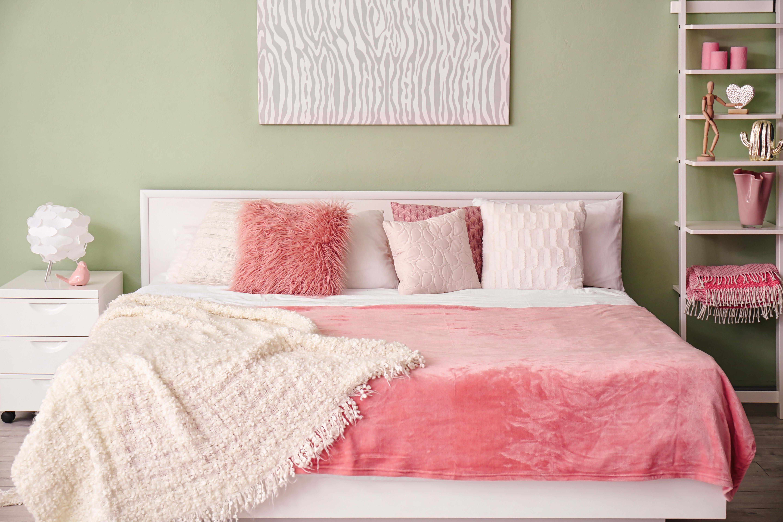 Lit rose avec étagère de table de chevet