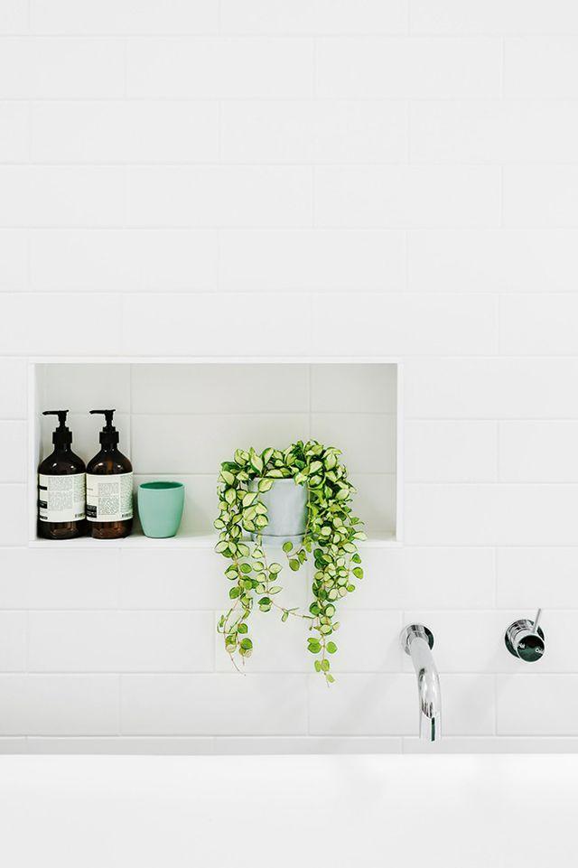 """modenr-greenery2 """"width ="""" 640 """"height ="""" 961 """"srcset ="""" https://decoralert.com/wp-content/uploads/2019/10/Deco-30-idees-de-design-de-salle-de-bain.jpg 640w, https://freshome.com/ wp-content / uploads / 2015/05 / modenr-greenery2-200x300.jpg 200w, https://freshome.com/wp-content/uploads/2015/05/modenr-greenery2-263x395.jpg 263w """"tailles ="""" ( largeur max: 640px) 100vw, 640px """"/> </div> </div> <p><b>Éclairage moderne</b></p> <p>Le choix de l'éclairage est un élément crucial du style moderne, en particulier dans la salle de bain. Le design moderne met l'accent sur les lignes et les formes géométriques. Pensez-y donc lorsque vous magasinez pour des luminaires ou des fenêtres et que vous tenez compte de la position de la lumière. N'oubliez pas que la qualité de la lumière est tout aussi importante que le luminaire lui-même. Les puits de lumière sont une astuce de conception fraîche et fonctionnelle pour les salles de bains modernes, car ils ajoutent plus de lumière naturelle et un intérêt visuel à votre salle de bains.</p> <p><i>""""La qualité de la lumière qui nous entoure a un effet profond sur notre bien-être qu'il ne faut pas sous-estimer."""" - Thomas Fuchs</i></p> <p><span style="""