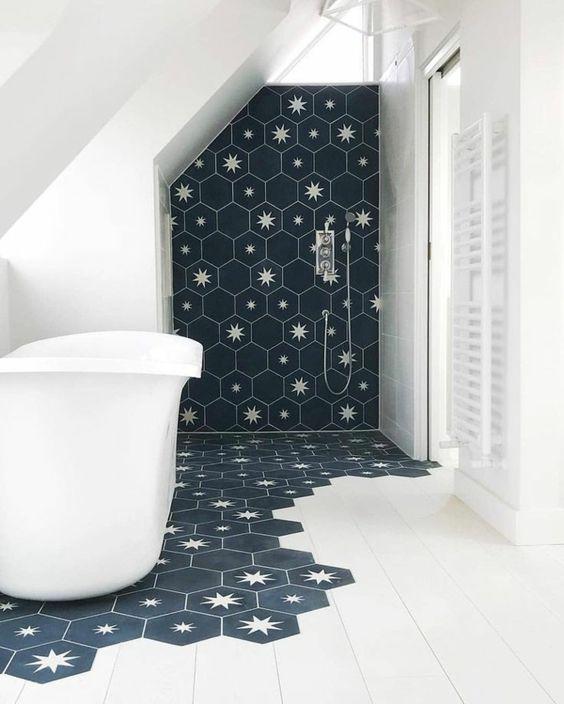 Carreaux hexagonaux dans la salle de bain
