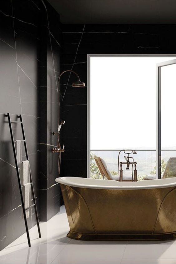 Touches dorées dans la salle de bain