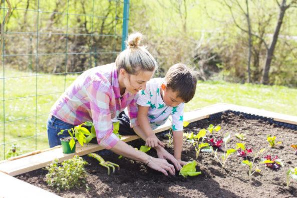 Jardinage femme et enfant
