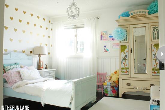Chambre d'enfant romantique décorée de coeurs