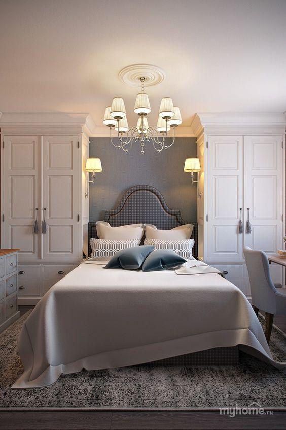 Une chambre avec deux penderies