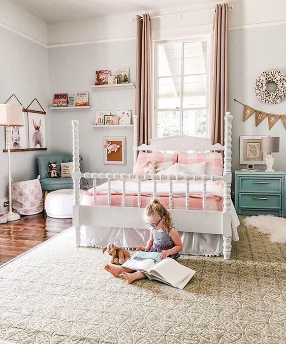 Lit enfant ou adolescent sous la fenêtre
