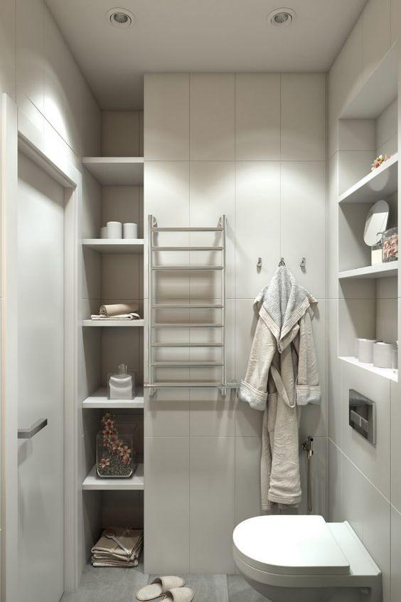 Étagères et étagères dans les mini salles de bain