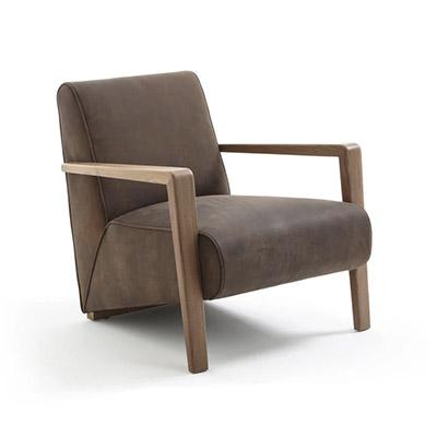 fauteuil en cuir vintage et pieds en bois