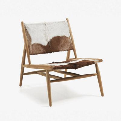 chaise en cuir avec pieds en bois