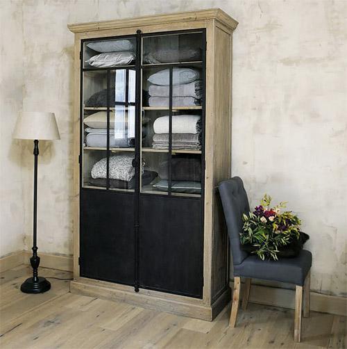 grande vitrine en bois avec portes en verre
