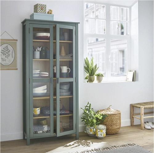 vitrine en bois vert avec portes en verre