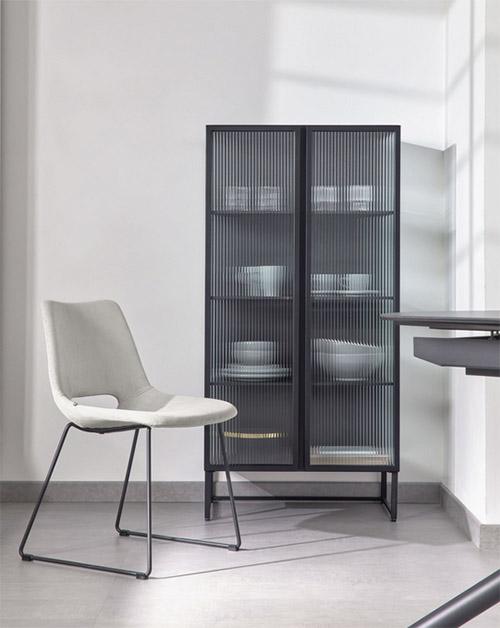 vitrine en métal design moderne avec portes en verre