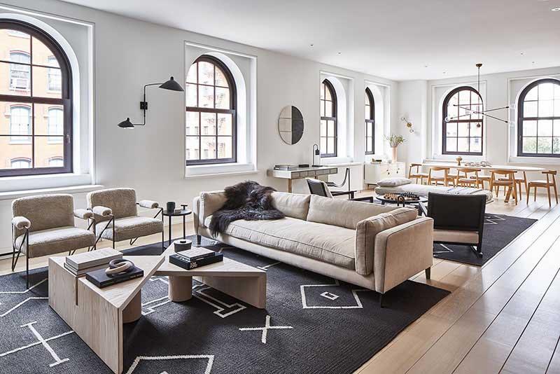Grands tapis noirs dans le salon