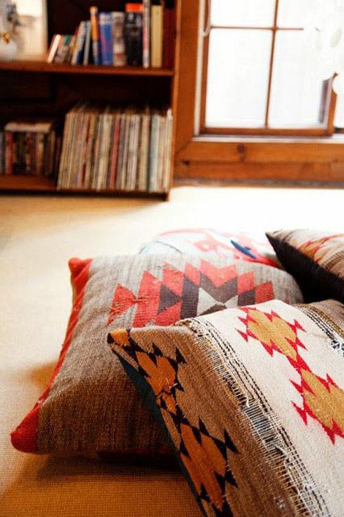 motifs colorés et géométriques sur les housses de coussin de style Navajo