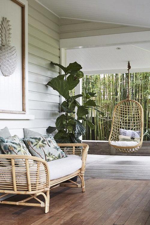 chaises en osier suspendues dans le jardin et la terrasse