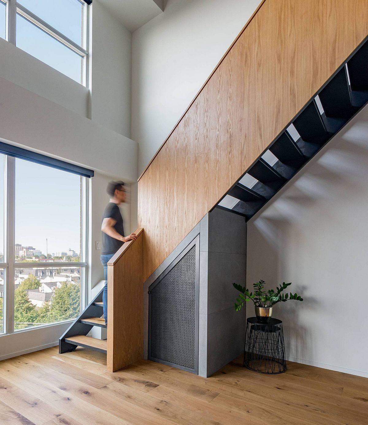 Un escalier remanié en bois et métal relie les deux niveaux de la maison loft