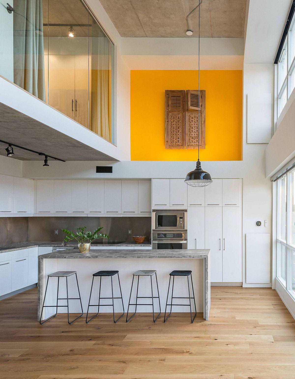 Fabuleuse cuisine contemporaine avec deisgn à double hauteur et une touche de jaune