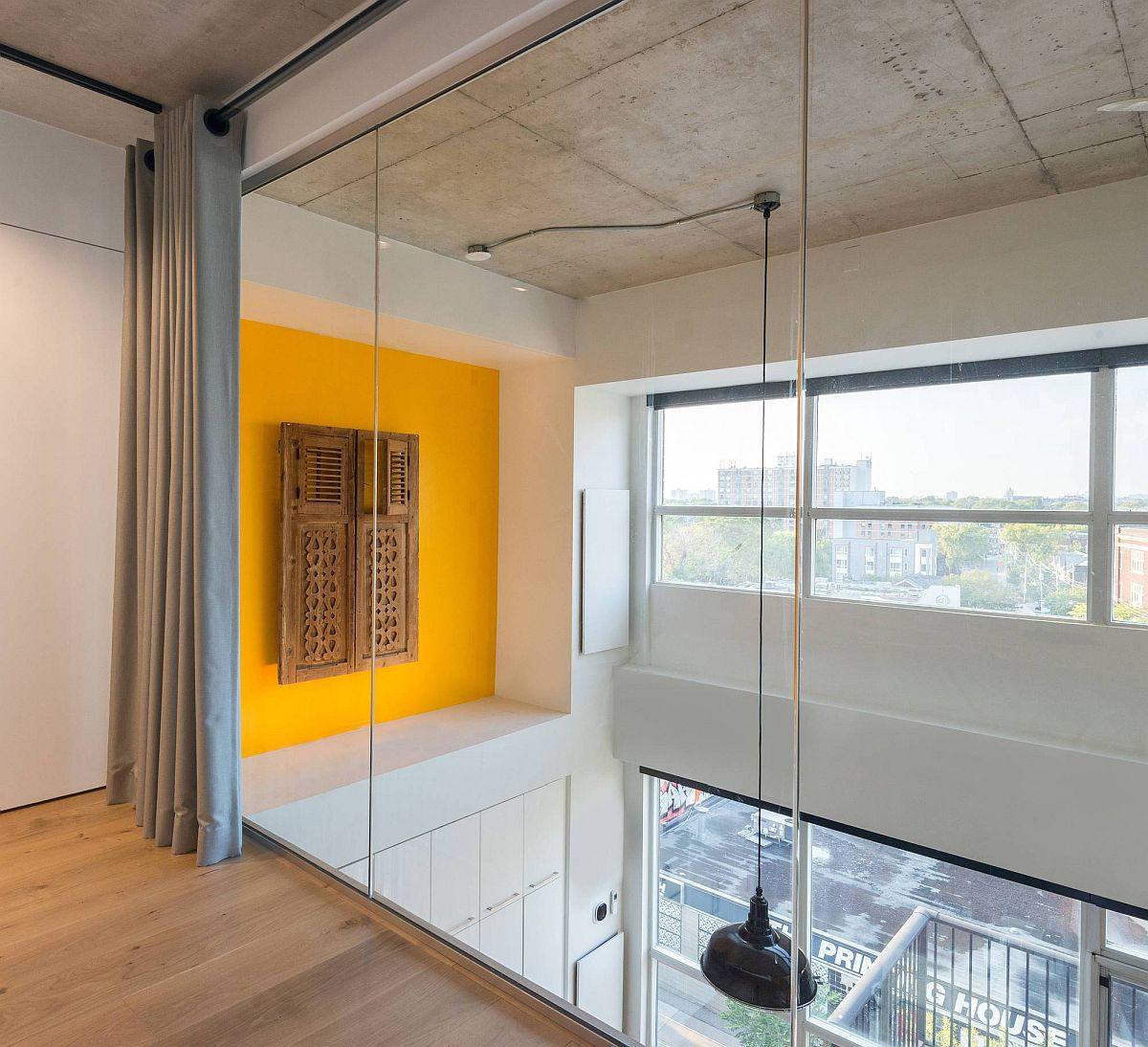 La fonction d'accent jaune avec des volets de fenêtre récupérés ajoute de la couleur aux deux niveaux