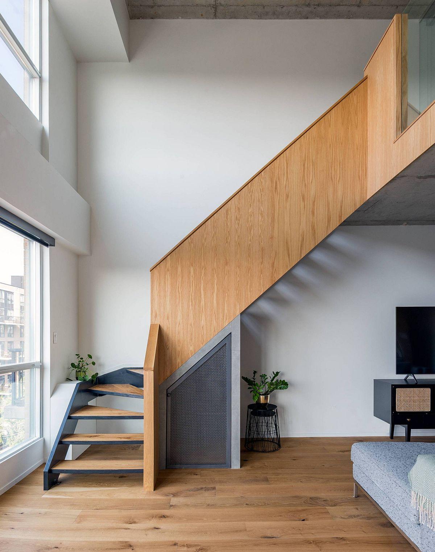 Escalier retravaillé à l'intérieur de la maison loft avec garde en chêne teinté et marches en métal