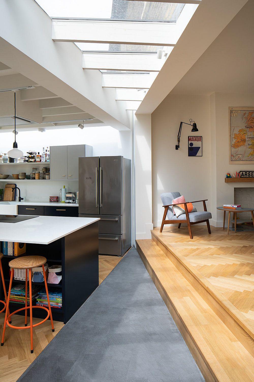 Le niveau surélevé à l'intérieur de la maison délimite le salon de la cuisine et de la salle à manger à côté de manière subtile