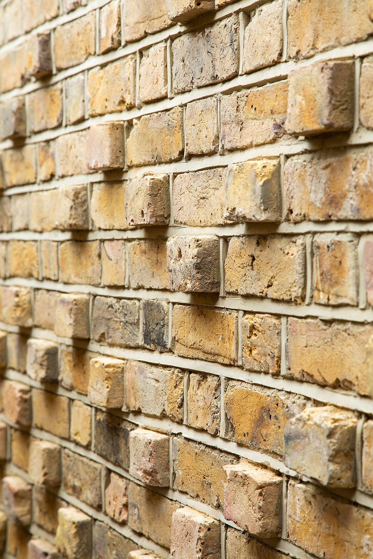 Le magnifique mur de briques avec des blocs qui jaillissent a un impact presque instantané dans la cour