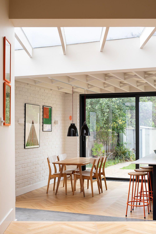 La lucarne remplit la nouvelle salle à manger, le salon et l'espace familial avec beaucoup de lumière naturelle