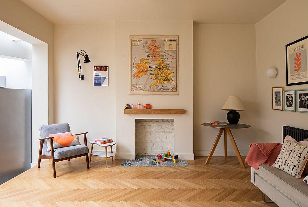 Nouvelle zone familiale surélevée de la maison avec plancher à chevrons en bois et murs blancs