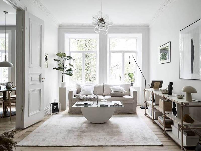 murs et meubles blancs dans un petit salon
