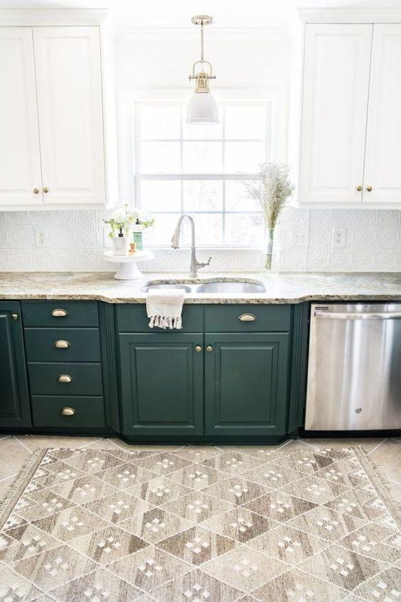 une cuisine à un mur bicolore en blanc et vert foncé, avec des comptoirs en pierre et un dosseret de carreaux à motifs