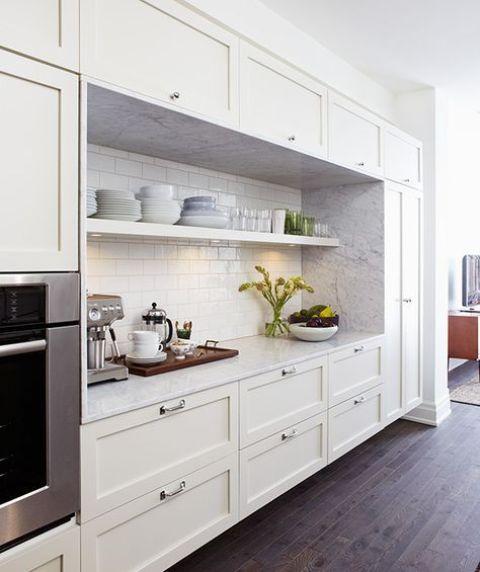 une jolie cuisine de ferme à un mur en blanc, avec une pierre blanche et un dosseret de carreaux de métro est une bonne idée