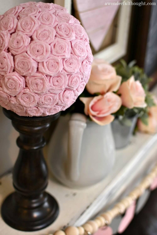 Embrasser des boules avec des fleurs en papier crépon