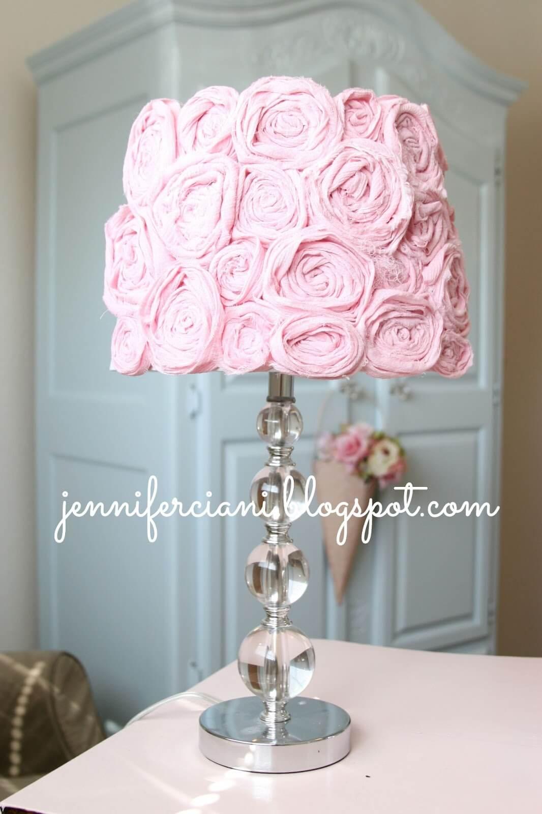 Joli abat-jour rose avec rosaces