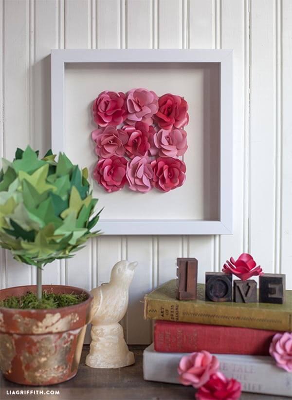Oeuvre encadrée de roses en papier