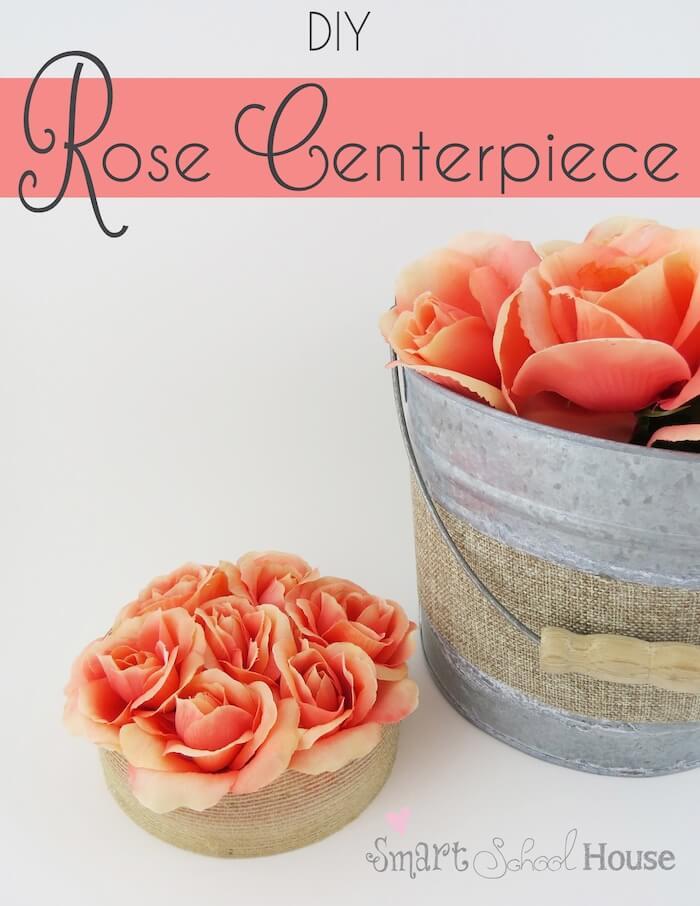 Centre de table fait avec des roses en soie et de la toile de jute