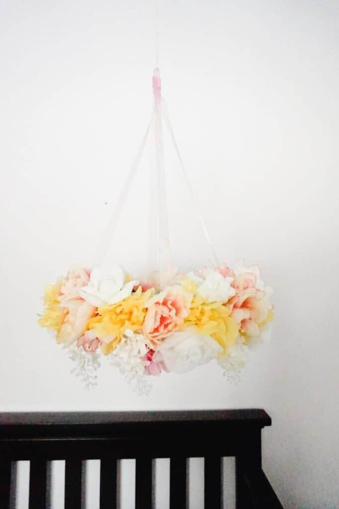 Mobile avec des fleurs en soie pour la chambre de bébé