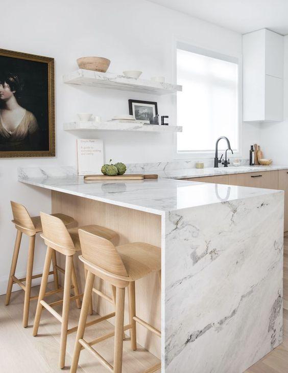 une cuisine contemporaine en bois blond avec des comptoirs en pierre blanche et des étagères ouvertes assorties est une idée très fraîche